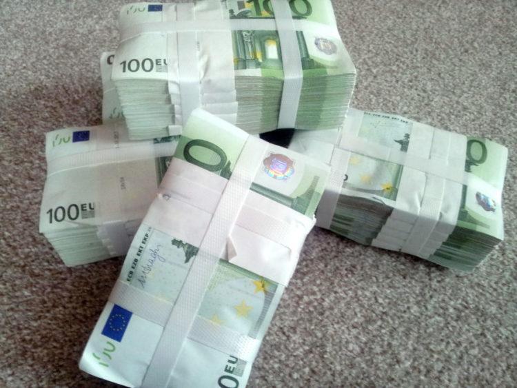 Scheinpakete mit 100 €-Noten