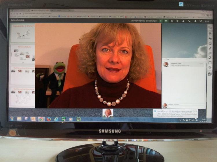 Frau Schöbitz gibt ein Webinar