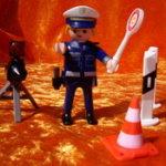 Playmobil-Polizist mit Kelle und Blitz-Dreibein