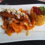 Schön angerichteter Essteller mit Möhren, Fleisch, Süßkartoffel